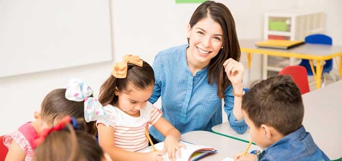 Maestra con sus alumnos.