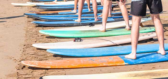 Gente aprendiendo a surfear