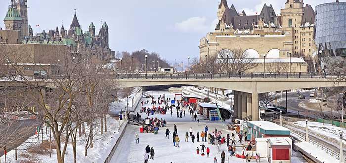 Gente viviendo el invierno en Montreal