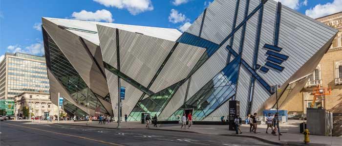 Vista exterior del Royal Ontario Museum, el museo más grande de Canadá.