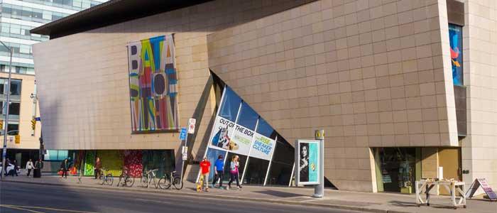 La fachada del Bata Shoe Museum.
