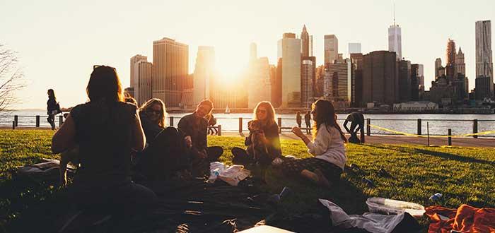 Hacer amigos en el extranjero Encuentra un rincón de tu país en la ciudad que estás visitando