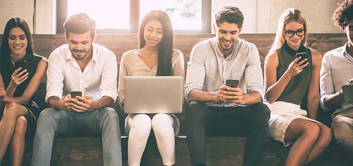 Amigos en los telefonos usando app para aprender ingles