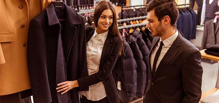 Ayudante en una tienda de ropa