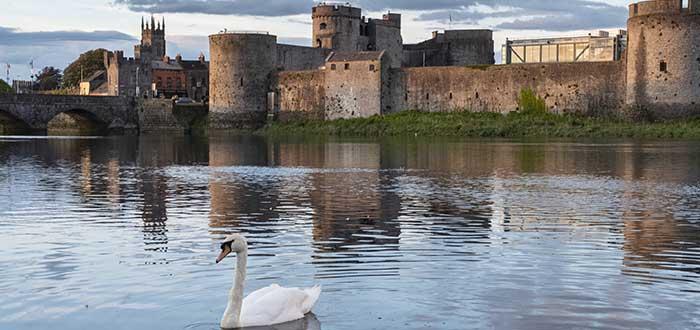 King's John Castley lago