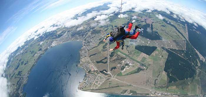 Skydiving sobre el lago Taupo, Nueva Zelanda