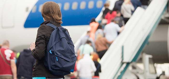 Halla tu puerta embarque antes de distraerte en las tiendas para viajar en avión