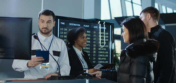 Supera la aduana con actitud confiada al viajar en avión por primera vez